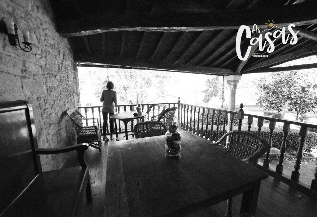 La terraza cubierta: O Faro, Sil y Chorima tienen salida directa a ella.